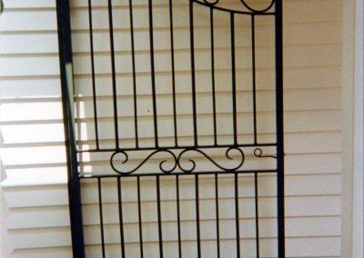 Single gate curved with scrolls - GS32